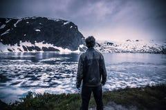 24 de julho de 2015: Viajante na região selvagem norueguesa fria, Norwa Imagem de Stock