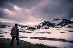 14 de julho de 2015: Viajante na região selvagem norueguesa perto do parque nacional de Jotunheimen, Noruega Fotos de Stock
