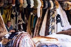 5 de julho de 2016, ZAKOPANE, POLÔNIA - vendedor da pele do polimento do traditonal na rua do mercado Foto de Stock