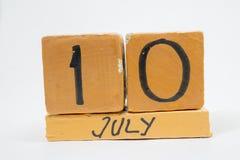 10 de julho Dia 10 do mês, calendário de madeira feito a mão isolado no fundo branco mês do verão, dia do conceito do ano imagens de stock royalty free