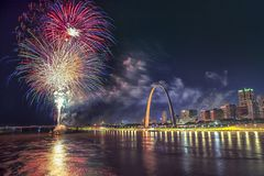 4 de julho fogos-de-artifício da celebração da independência dos EUA, ST Louis Arch Grounds Fotografia de Stock