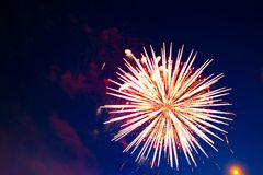 4 de julho fogos-de-artifício Os fogos-de-artifício indicam no fundo escuro do céu Imagem de Stock