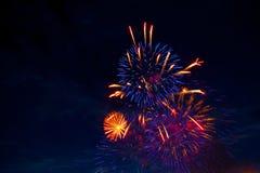 4 de julho fogos-de-artifício Os fogos-de-artifício indicam no fundo escuro do céu Fotografia de Stock