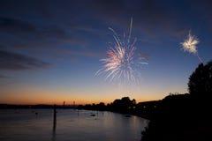 4 de julho fogos-de-artifício Os fogos-de-artifício indicam no fundo escuro do céu Imagens de Stock
