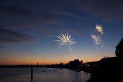 4 de julho fogos-de-artifício Os fogos-de-artifício indicam no fundo escuro do céu Imagem de Stock Royalty Free