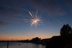 4 de julho fogos-de-artifício Os fogos-de-artifício indicam no fundo escuro do céu Fotos de Stock
