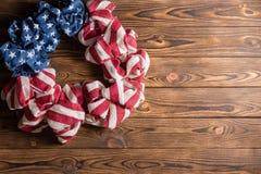 4 de julho grinalda do Dia da Independência na madeira Imagem de Stock Royalty Free