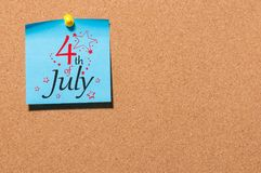 4 de julho Imagem do calendário do 4 de julho no fundo da placa da cortiça Árvore no campo Dia da Independência de América Fotos de Stock