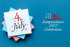 4 de julho Imagem do calendário do 4 de julho no fundo da tabela do escritório Árvore no campo Dia da Independência de América Imagem de Stock Royalty Free