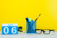 6 de julho Imagem do 6 de julho, calendário no fundo amarelo com materiais de escritório Adultos novos Com espaço vazio para o te Imagens de Stock