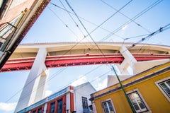 10 de julho de 2017 - Lisboa, Portugal Os 25 de abril Bridge são uma ponte que conecta a cidade de Lisboa à municipalidade de Alm Imagens de Stock