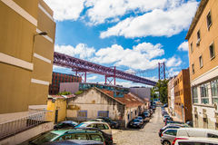 10 de julho de 2017 - Lisboa, Portugal Os 25 de abril Bridge são uma ponte que conecta a cidade de Lisboa à municipalidade de Alm Imagem de Stock Royalty Free
