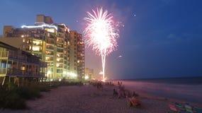 4 de julho o fogo trabalha pela praia Foto de Stock Royalty Free