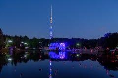 22 de julho de 2017 Rússia Moscovo Parque Ostankino na noite, na torre da tevê de Ostankino do fundo foto de stock