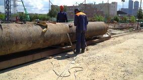 20 de julho de 2017 Rússia moscow Canteiro de obras A construção da construção do concreto reforçado do monólito Um trabalhador c filme
