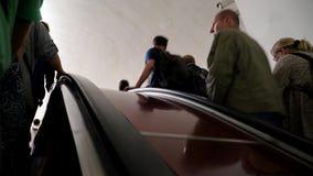 20 de julho de 2017 Rússia O metro de Moscou Passageiros que montam a escada rolante video estoque