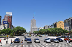 9 de Julio Avenue i Buenos Aires Royaltyfria Foton