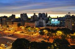 9 de Julio Avenue i Buenos Aires på natten Royaltyfri Bild