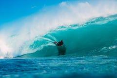 7 de julio de 2018 Bali, Indonesia Paseo de la persona que practica surf en onda grande del barril en Padang Padang El practicar  Fotografía de archivo libre de regalías