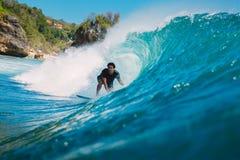 7 de julio de 2018 Bali, Indonesia Paseo de la persona que practica surf en onda grande del barril en Padang Padang El practicar  Imagen de archivo