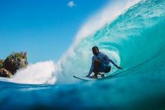 7 de julio de 2018 Bali, Indonesia Paseo de la persona que practica surf en onda grande del barril en Padang Padang El practicar  Imagen de archivo libre de regalías