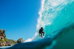 7 de julio de 2018 Bali, Indonesia Paseo de la persona que practica surf en onda grande del barril en Padang Padang El practicar  Imagenes de archivo