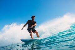 7 de julio de 2018 Bali, Indonesia Paseo de la persona que practica surf en onda grande del barril en Padang Padang El practicar  Imágenes de archivo libres de regalías