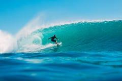7 de julio de 2018 Bali, Indonesia Paseo de la persona que practica surf en onda grande del barril en Padang Padang El practicar  Fotos de archivo libres de regalías