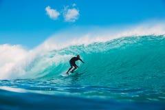 7 de julio de 2018 Bali, Indonesia Paseo de la persona que practica surf en onda grande del barril en Padang Padang El practicar  Foto de archivo