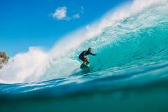 7 de julio de 2018 Bali, Indonesia Paseo de la persona que practica surf en onda grande del barril en Padang Padang El practicar  Foto de archivo libre de regalías