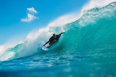 7 de julio de 2018 Bali, Indonesia Paseo de la persona que practica surf en onda grande del barril en Padang Padang El practicar  Fotografía de archivo