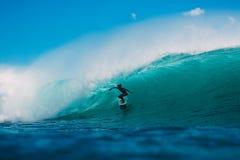 7 de julio de 2018 Bali, Indonesia Paseo de la persona que practica surf en onda grande del barril en Padang Padang El practicar  Fotos de archivo