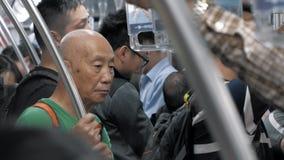 1 de julio de 2018 China, Shangai Hombre chino envejecido que se coloca en coche del subterráneo Hora punta en metro almacen de video
