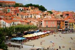17 de julio de 2009, COLLIOURE, FRANCIA - gente que disfruta de las vacaciones de verano en la playa de Collioure Fotografía de archivo libre de regalías