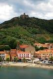 17 de julio de 2009, COLLIOURE, FRANCIA - gente que disfruta de las vacaciones de verano en la playa de Collioure Imagen de archivo libre de regalías