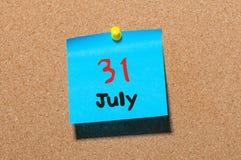 31 de julio día 31 del mes, calendario de la etiqueta engomada del color en tablón de anuncios Adultos jovenes Cierre para arriba Fotos de archivo