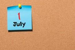 1 de julio día 1 del mes, calendario de la etiqueta engomada del color en tablón de anuncios Adultos jovenes Espacio vacío para e Foto de archivo libre de regalías
