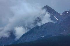 14 de julio de 2016 - cabaña de madera con las montañas y los árboles verdes - San Juan Mountains, Colorado, los E.E.U.U. Imagen de archivo