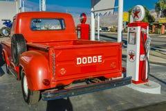 22 de julio de 2016 - camioneta pickup roja de Dodge parqueada delante de la gasolinera del vintage en Santa Paula, California Imagen de archivo libre de regalías