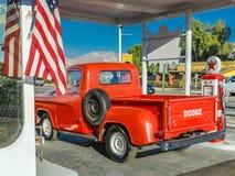 22 de julio de 2016 - camioneta pickup roja de Dodge parqueada delante de la gasolinera del vintage en Santa Paula, California Imagenes de archivo
