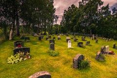 25 de julio de 2015: Cementerio de la iglesia del bastón de Rodven, Noruega Foto de archivo libre de regalías
