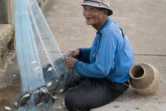 12 de julio de 2017 - Chantaburi, Tailandia - viejos pescadores que despejan fis Foto de archivo libre de regalías