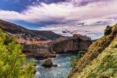 16 de julio de 2016: Ciudad fortificada vieja de Dubrovnik vista de Fotos de archivo libres de regalías