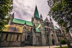 29 de julio de 2015: Fachada de la catedral de Nidaros en Strondheim, ni Imágenes de archivo libres de regalías