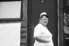 11 DE JULIO DE 2013 - GARANA, RUMANIA Escenas y gente que se sientan o que caminan en la calle Imagenes de archivo