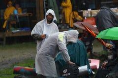 11 DE JULIO DE 2013 - GARANA, RUMANIA Escenas y gente que se sientan o que caminan en la calle en un día lluvioso Foto de archivo libre de regalías