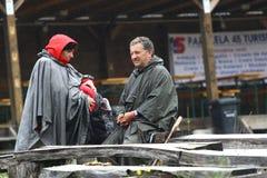 11 DE JULIO DE 2013 - GARANA, RUMANIA Escenas y gente que se sientan o que caminan en la calle en un día lluvioso Imagen de archivo libre de regalías