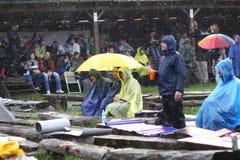 11 DE JULIO DE 2013 - GARANA, RUMANIA Escenas y gente que se sientan o que caminan en la calle en un día lluvioso Fotografía de archivo libre de regalías