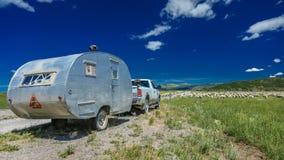 17 de julio de 2016 - los rancheros de las ovejas descargan ovejas en el Mesa de Hastings cerca de Ridgway, Colorado del camión Foto de archivo libre de regalías