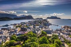 25 de julio de 2015: Panorama de la ciudad de Alesund, Noruega Imágenes de archivo libres de regalías